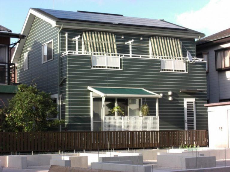 グリーンの壁と白いサッシが印象的な太陽光の住まい