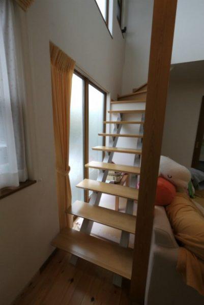 リビングにオープン階段を設置した、子育て世代の注文住宅