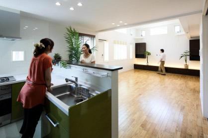 大家族が住まう二世帯三階建ての家