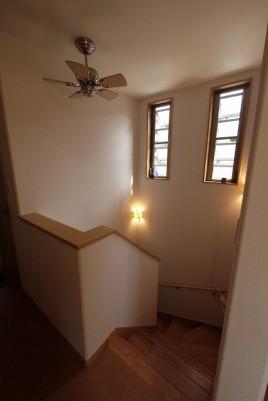 太陽光発電パネルを搭載した2階に玄関がある家