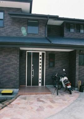 軒先にゆとりのあるシックなレンガ調の家