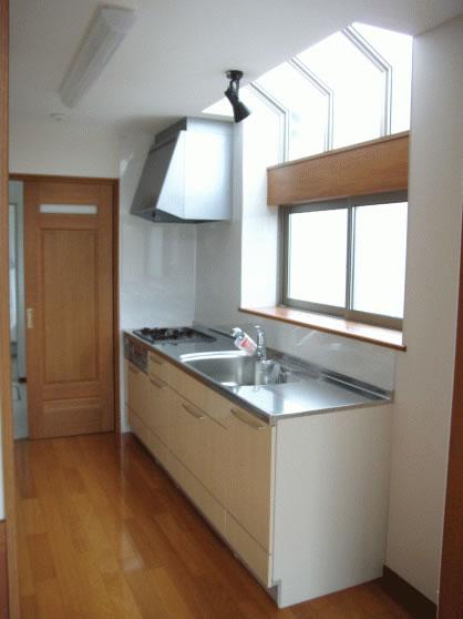 リビングルームとキッチンに高窓を設けた採光に配慮した住まい