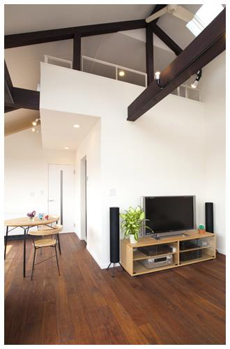 日当たりの良い2階リビングダイニングでカフェのような家