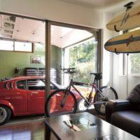 愛車を眺めるショーガレージのある家