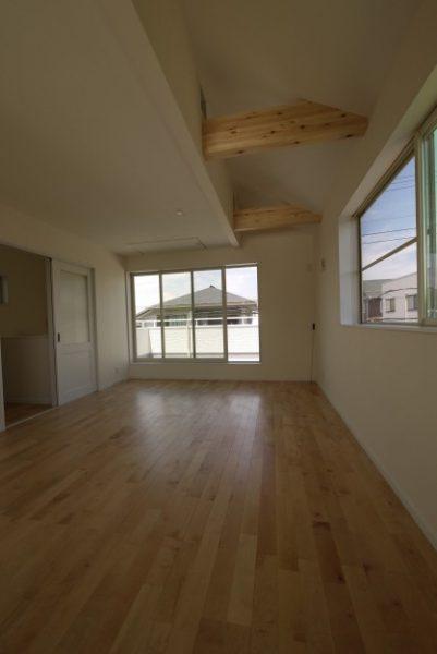 広々としたバルコニーを設けた2階リビングの家