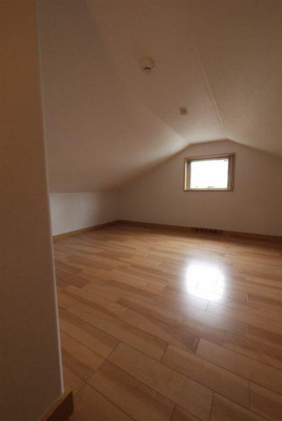 デッドスペースも全て収納に。固定階段にした小屋裏部屋のある家