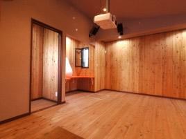 天然木を採用したホームシアターのある平屋建ての家