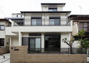各階に大きなガーデンバルコニーのある三階建て住宅