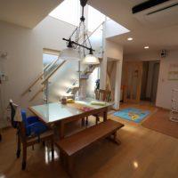 ガラス手摺のデザイン階段とオープンキッチンのシャープなデザイン住宅
