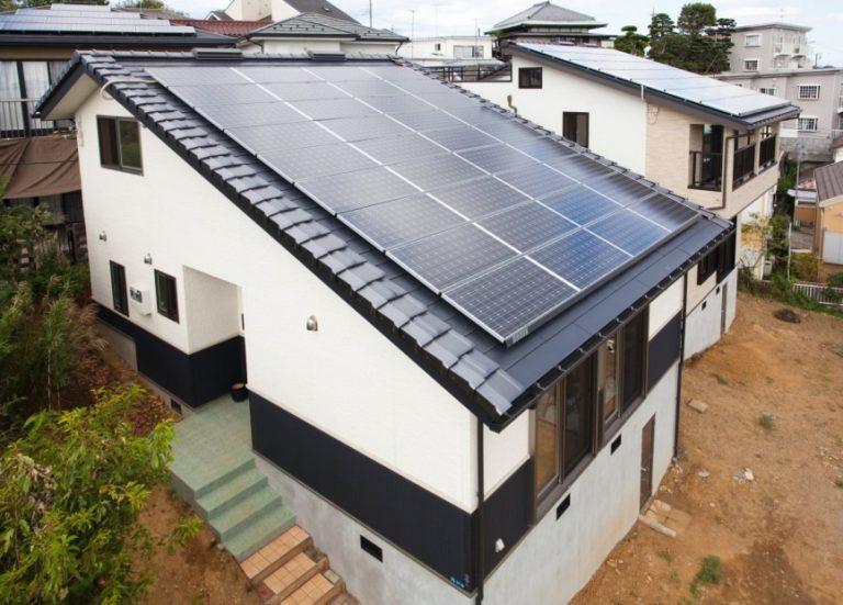 太陽光発電パネルを多く搭載した片流れ屋根の家