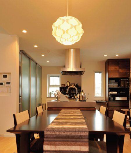 家の中心にアイランド・キッチンがある「食」を楽しめる家